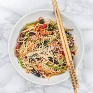 Chow mein z seitanem i warzywami