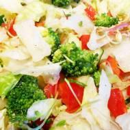 Surówka z sałaty lodowej z brokułem, papryką, ogórkiem, czosnkiem i kiełkami