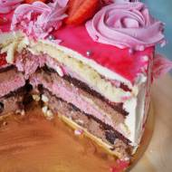 Tort malinowo-czekoladowy z różami bezowymi