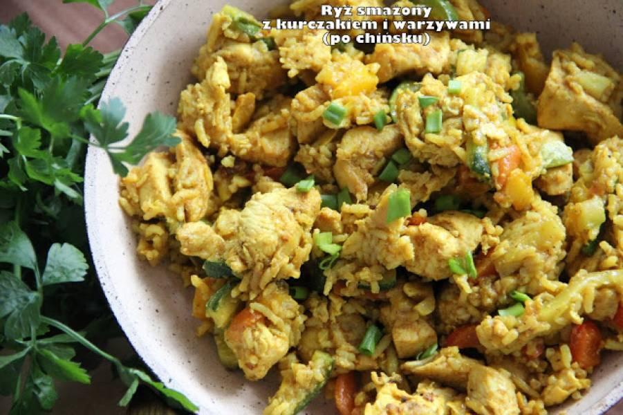 Ryż smażony z kurczakiem i warzywami (po chińsku)