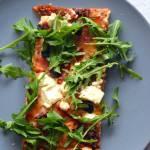 Lekka pizza z indykiem, rukolą i oliwkami  na ziołowym spodzie z mąki pełnoziarnistej