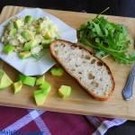 Jajecznica z rukolą i awokado