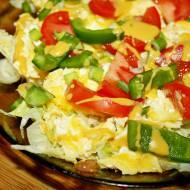 Sałatka z jajecznicą, prosty pomysł na śniadanie
