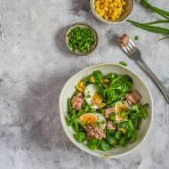 Sałatka z tuńczykiem, kukurydzą i jajkiem