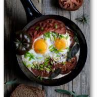 Jaja sadzone na pomidorach z szałwią i czosnkiem – szybkie i smaczne śniadanie na ciepło