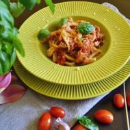 Makaron casarecce z sosem bakłażanowo pomidorowym.