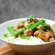 Ryż z kurczakiem po azjatycku z groszkiem cukrowym