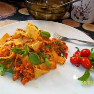 Makaron pappardelle z mięsem i sosem