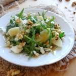 Sałatka z gruszką, orzechami włoskimi i serem pleśniowym z dressingiem orzechowym