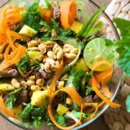 Azjatycka sałatka z mango i wołowiną