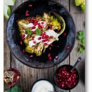 Pieczone steki z kalafiora z zatarem, jogurtowym sosem tahini i pestkami granatu