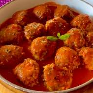 Wiejskie klopsiki z kapustą w sosie pomidorowym