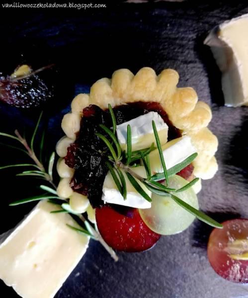 Francuskie przekąski z konfiturą z pijanej czerwonej cebuli i serem brie