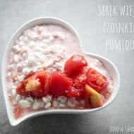 Serek wiejski z czosnkiem i pomidorem