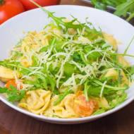 Tortellini po włosku z pomidorami i rukolą