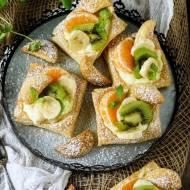 Ciastka francuskie z budyniem i owocami