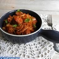 Kapusta z kiełbasą bawarską i pomidorami