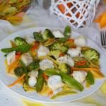 Dorsz w kolorowych warzywach