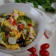 Makaron z sosem majonezowym i warzywami