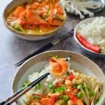 Krewetki w sosie kokosowym z tagliatelle marchewkowym i ryżem.