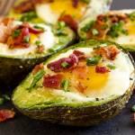 Pieczone awokado z jajkiem i boczkiem