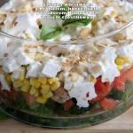Sałatka warstwowa z brokułem, kurczakiem, pomidorem, kukurydzą i sosem czosnkowym