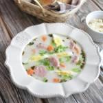 Pikantna zupa chrzanowa na wędzonce z białą kiełbasą i jajkiem