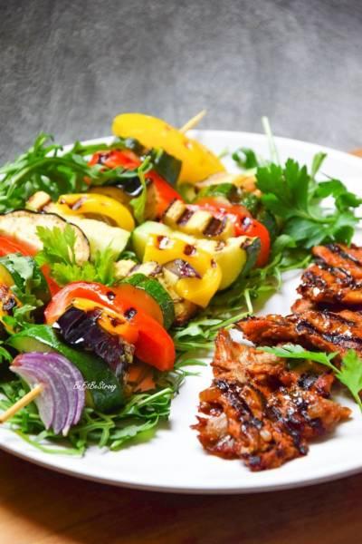 Grillowane szaszłyki warzywne i boczniaki w sosie BBQ FIT