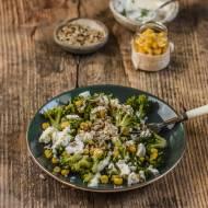 Sałatka z brokułem, serem feta, kukurydzą i prażonym słonecznikiem