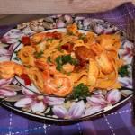Smażone krewetki z czosnkiem i chorizo z makaronem tagliatelle z chili