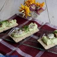 Chrupiące kanapki z pastą z awokado i sardynkami