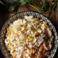 Sałatka z gotowanym kurczakiem, kukurydzą i ananasem