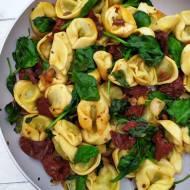 Tortellini ze szpinakiem i suszonymi pomidorami