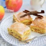 Tradycyjna szarlotka z połówkami jabłek