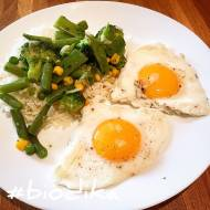 Zielone warzywa z jajkiem w ryżu