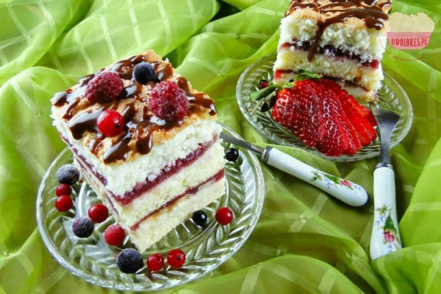 Anielskie ciasto z mrożonymi owocami i masą z kwaśnej śmietany