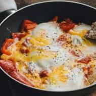 Jajka na twardo na papryce i pomidorach