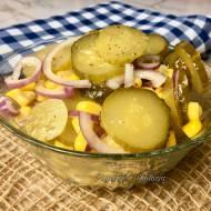 Sałatka do obiadu z kiszonych ogórków i kukurydzy