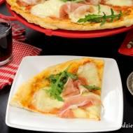 Pizza z prosciutto i mozzarellą
