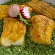 Panierowana ryba z kremowym sosem szpinakowym