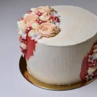 Tort z musem truskawkowym i migdałową chrupką