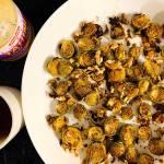 Pieczona brukselka z orzechami i miętą z dressingiem tahini