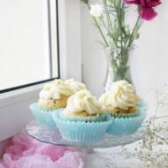 Cupcakes z wiśniami i kremem z białej czekolady