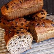 Chleb orkiszowy z ziarnami łyżką mieszany
