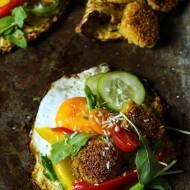 Cukiniowe placki z jajkiem, warzywami i falafelem