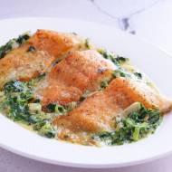 Łosoś w kremowym sosie ze szpinakiem.  Pyszny i szybki obiad z rybą w  roli głównej. PRZEPIS