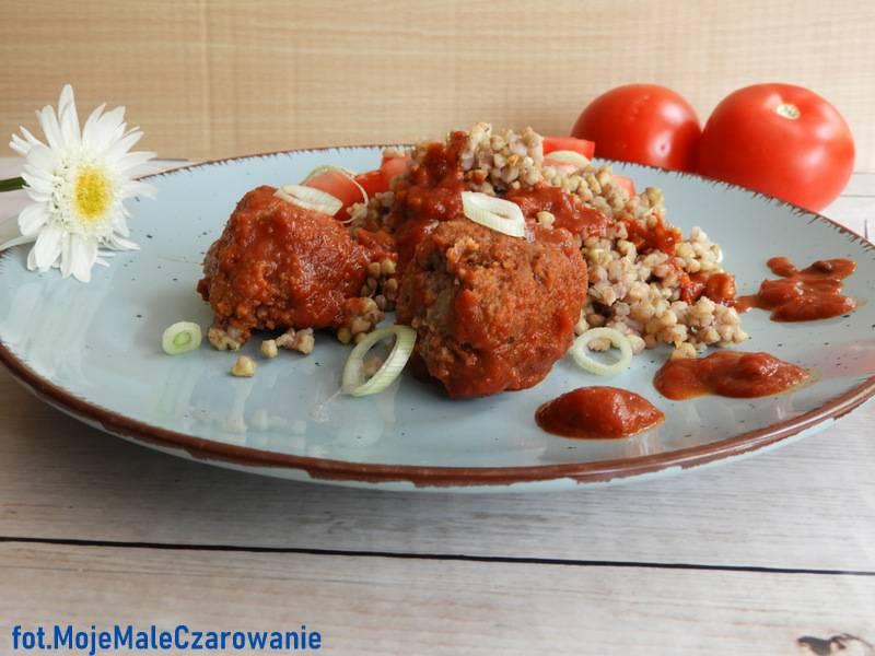 Pulpety w sosie pomidorowym z kaszą gryczaną