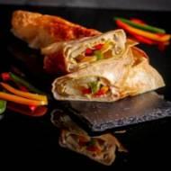 Chrupiąca Tortilla z kurczakiem i marynowanymi warzywami