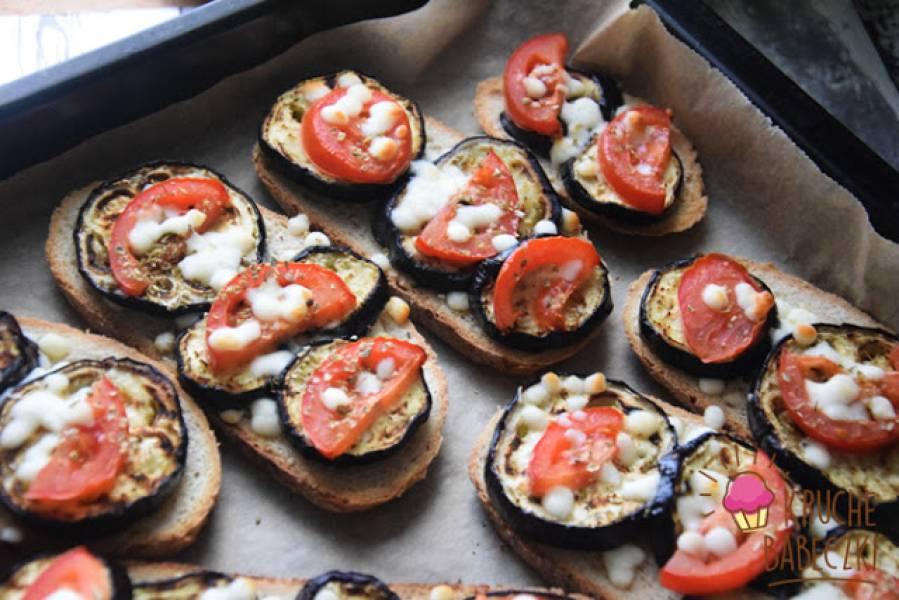 Grzanki z bakłażanem, pomidorem i mozzarellą zapiekane w piekarniku