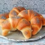 Bułeczki drożdżowe, chleb, rogaliki drożdżowe i inne domowe pieczywo